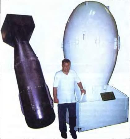 Слева — макет бомбы «Малыш» (с